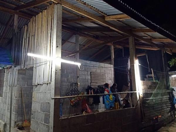 Nhường hết chăn cho con gái 8 tuổi, bố đơn thân chết rét trong căn nhà xây dở