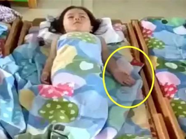 Cô giáo gửi clip con gái ngủ trưa ở trường mầm non, mẹ xem xong cảm động rơi nước mắt