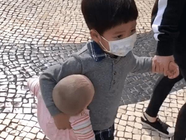 Hình ảnh bé trai ôm búp bê đi chơi gây sốt, biết lý do ai nấy đều cười ngặt nghẽo