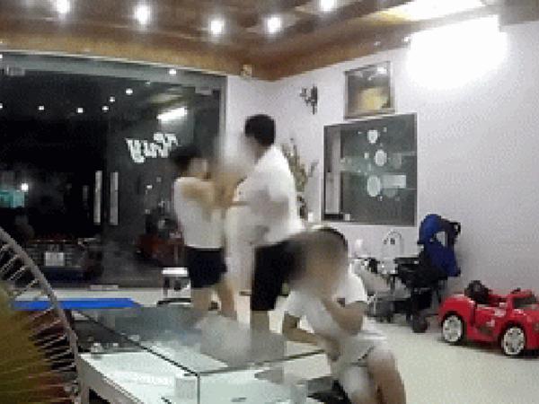 Phẫn nộ clip vợ đang bế con nhỏ bị chồng đánh chửi, tát tới tấp vào mặt