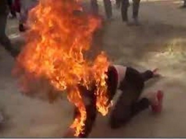 Chồng tẩm xăng đốt vợ ở Nghệ An vì con khóc mãi không nín