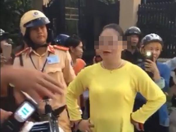 Chồng bị bắt xe, vợ chỉ mặt mắng chửi CSGT: 'Chúng mày lương tâm gì'