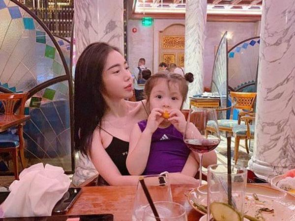 Clip: Con gái Elly Trần trổ tài ăn nói khéo léo để thuyết phục mẹ đi xem văn nghệ