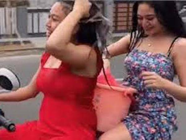 Clip: Không thể tin nổi hai cô gái vừa lái xe vừa... gội đầu