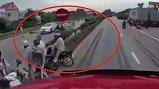 Clip: Kinh hoàng giây phút xe tải lật đè vào đoàn người chờ qua đường tại Hải Dương