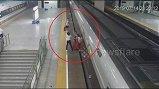 Clip: Lỡ chuyến, nữ hành khách dùng chân chặn đường ray ngăn tàu chạy