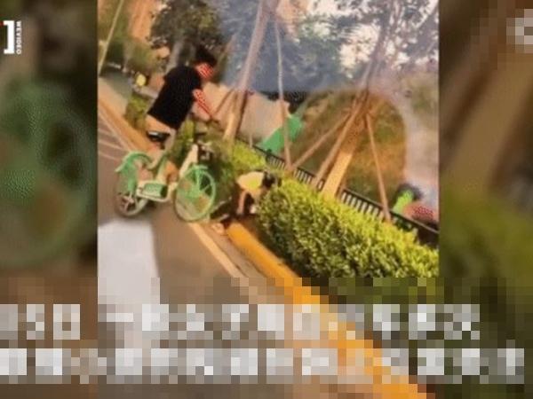 Clip người phụ nữ húc xe đạp vào người bé gái như kẻ thù, biết danh tính càng phẫn nộ hơn nữa