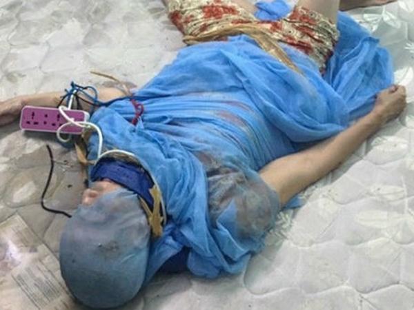 Long An: Đôi vợ chồng trói tay chân mẹ già, đóng đinh vào đầu để 'trị bệnh'