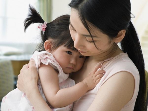 Con gái 3 tuổi có sở thích sờ ngực mẹ khi ngủ bỗng bị chẩn đoán dậy thì sớm, nghe bác sĩ phân tích nguyên nhân thật sự người mẹ vô cùng đau lòng