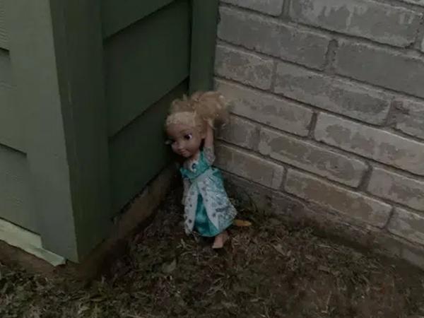 Con gái nhận được quà là búp bê Elsa, nhiều năm sau gia đình khốn đốn với những hiện tượng kì lạ do món đồ ma quái này gây ra