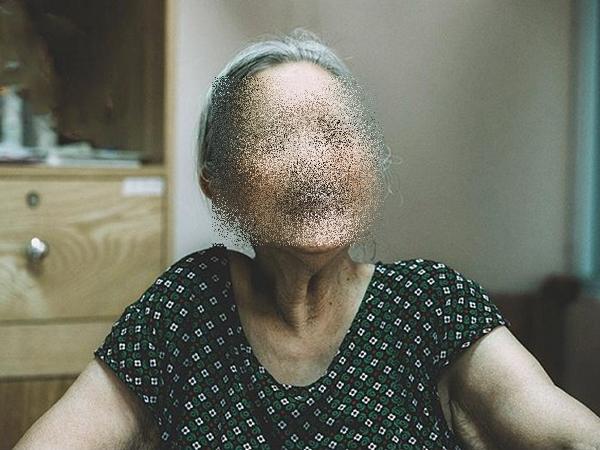 Cụ bà 72 tuổi ở Hà Nội đâm đơn ly hôn vì chồng mang tiền cho gái mát xa