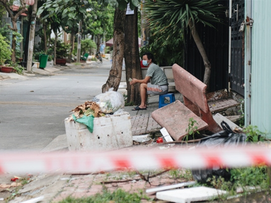 Cuộc sống của 40 hộ dân ở Sài Gòn trong ngày đầu cách ly: Bình tĩnh đón nhận, ngồi trước nhà nhưng vẫn đeo khẩu trang