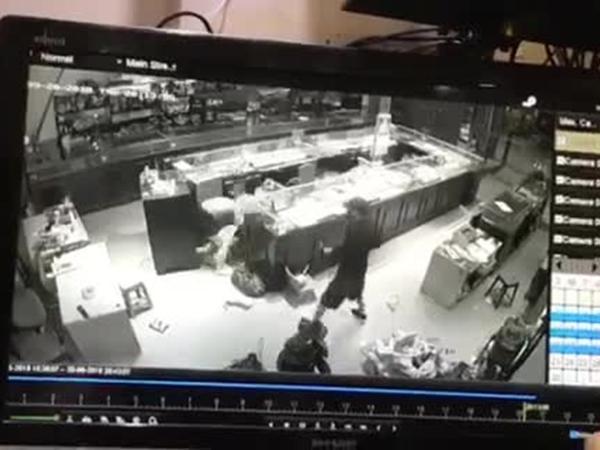 Clip người phụ nữ túm tóc, vật lộn với hai tên cướp tiệm vàng ở Sơn La gây tranh cãi