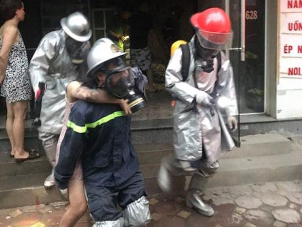 Xúc động bức ảnh lính cứu hỏa cứu người phụ nữ mang thai bị mắc kẹt trong đám cháy