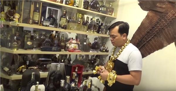 Phúc XO khoe căn phòng bí mật chứa hàng trăm chai rượu quý, 2 bộ da cá sấu khổng lồ