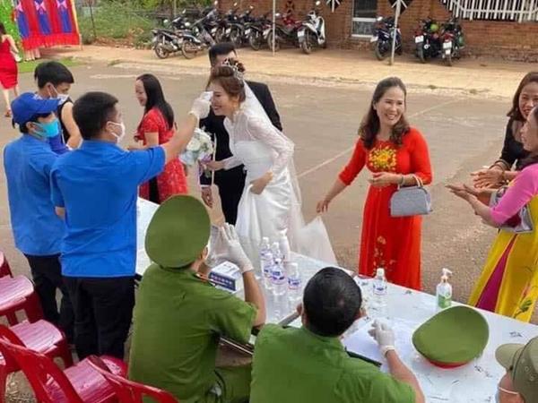 Thú vị cảnh đám cưới mùa dịch: Cô dâu chú rể cùng khách mời xếp hàng đo thân nhiệt, rửa tay sát khuẩn rồi mới được nhập tiệc