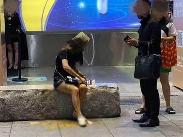 Đang đi trên đường, 3 hot girl bị 2 thanh niên hất cả xô phân và nước tiểu vào người, nguyên nhân khiến ai nấy không dám tin