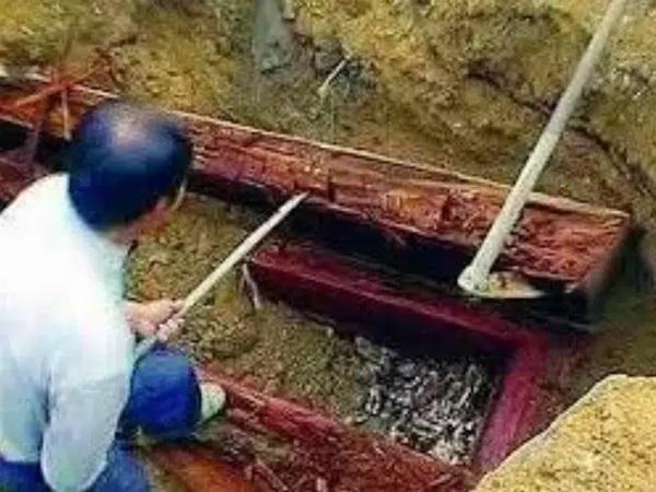 Đang xây nhà thì đào được cỗ quan tài màu đỏ máu, ông lão sợ hãi đốt đi ai ngờ sau này tiếc phát khóc