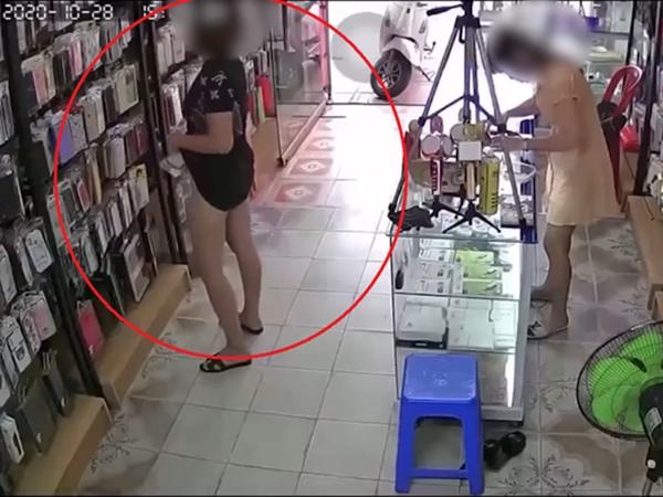 Đang xem ốp điện thoại, người phụ nữ bất ngờ tốc váy làm hành động 'hư hỏng' khiến ai nấy bức xúc