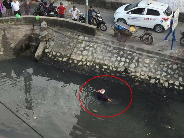 Đánh phụ nữ giữa đường, nam thanh niên bị người dân hợp sức ném xuống kênh 'tắm bùn'