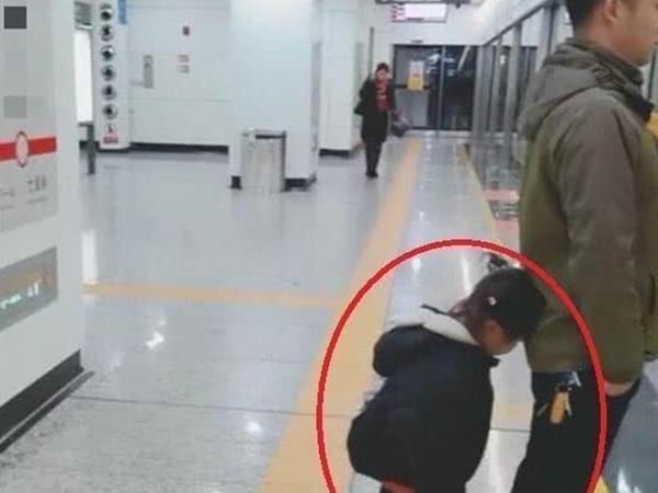 Hai cha con đứng chờ tàu, hành động của bé gái khiến ai cũng tấm tắc khen cách giáo dục của cha mẹ