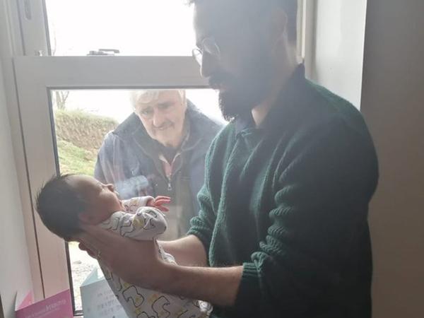 Khoảnh khắc cảm động giữa tâm dịch Covid-19: Ông nội ngắm nhìn cháu trai mới chào đời qua cửa kính