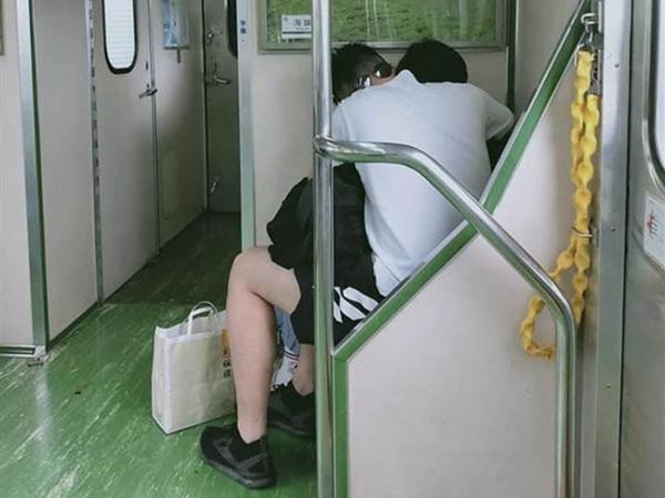 Đôi nam nữ thản nhiên 'nhún nhảy' trên tàu điện rồi bỏ lại thứ gây sốc khiến tất cả phẫn nộ