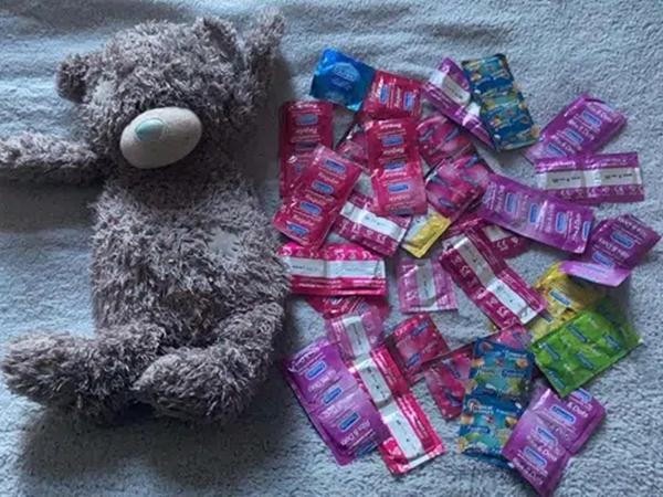 Dọn đồ cũ của con gái, mẹ tìm thấy 50 chiếc bao cao su giấu trong gấu bông từ 10 năm trước nhưng thái độ bình thản đến lạ