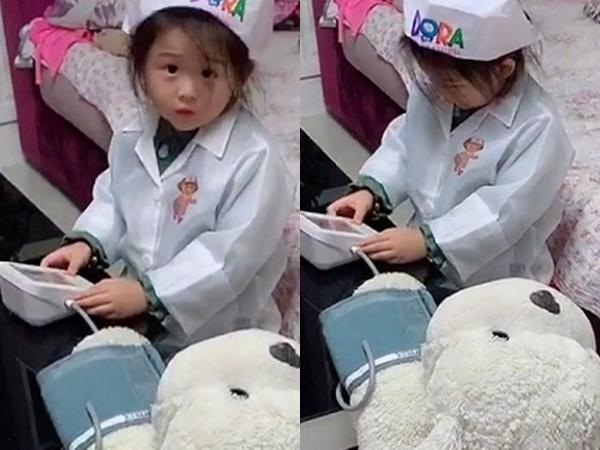 Con gái chơi trò bác sĩ, bố ủng hộ nhiệt tình nhưng nhìn vị trí ngồi mà không nhịn được cười