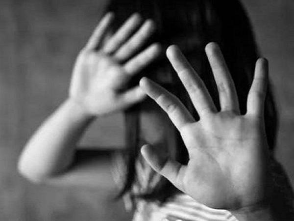 Đưa bé gái 12 tuổi vào trung tâm bảo trợ xã hội vì nghi bị cha dượng hiếp dâm lúc mẹ vắng nhà