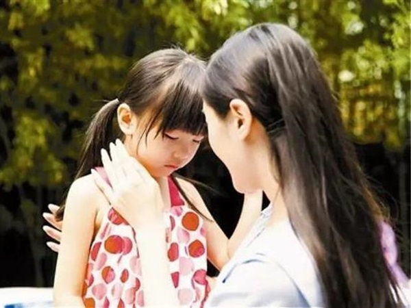 Đưa con gái đi khám thai cùng, bé bỗng nói 1 câu khiến bác sĩ giật mình, người mẹ thì vừa tức giận vừa đau khổ