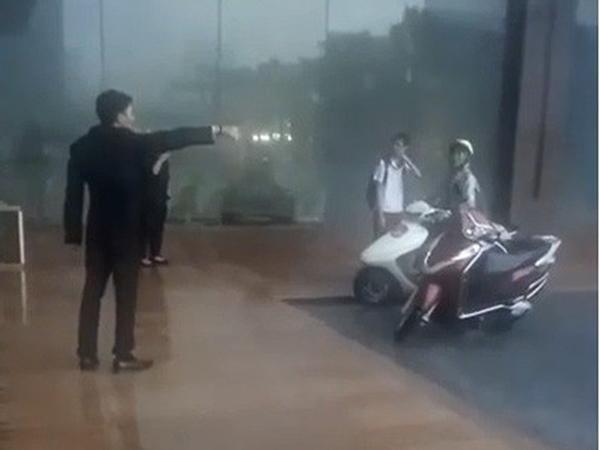 Bị dân mạng 'ném đá' vì đuổi người trú mưa, quản lý lễ tân khách sạn lên tiếng phân trần