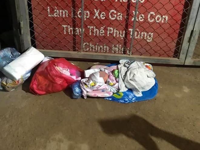 Em bé mới sinh bị bỏ rơi bên đường, tâm thư người mẹ để lại khiến ai nấy xót xa