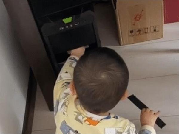 Chơi loanh quanh ở góc nhà, bé trai phát hiện bí mật động trời khiến bố 'méo mặt'