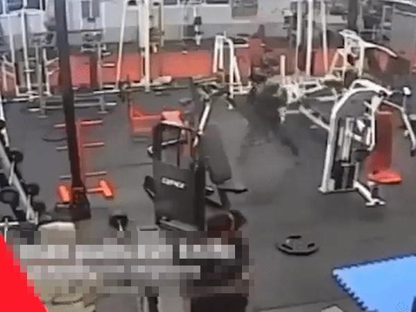 Góc 'chơi ngu lấy tiếng': Thanh niên cầm dao xông vào phòng tập Muay Thái để tấn công và cái kết 'thấy cũng tội mà thôi cũng đáng'