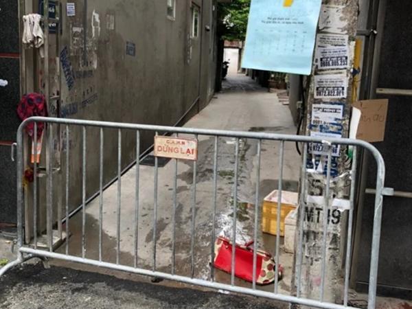 Hà Nội lập hàng rào quây một ngõ ở Mễ Trì do có một trường hợp nghi nhiễm COVID-19