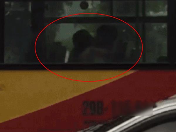 Chàng trai thản nhiên hôn môi và ngực bạn gái trên xe buýt như chỗ không người