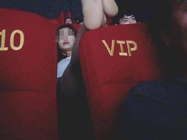 Cô gái mặc váy ngắn cũn cỡn, ngồi hớ hênh phô vùng nhạy cảm trong rạp chiếu phim