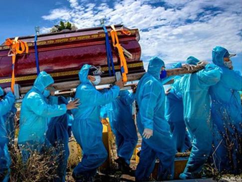 Xúc động cảnh hàng chục người mặc đồ bảo hộ đưa tang cụ bà 98 tuổi ở Quảng Nam