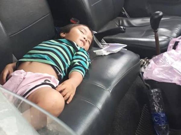 Bức ảnh bé gái vô tư ngủ trên xe tải khi theo cha đi bốc hàng khiến người xem xúc động