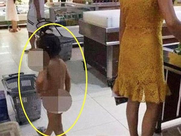 Mẹ dẫn con gái không mặc gì đi siêu thị, mọi người đồng loạt đặt câu hỏi 'không hiểu người mẹ nghĩ gì'