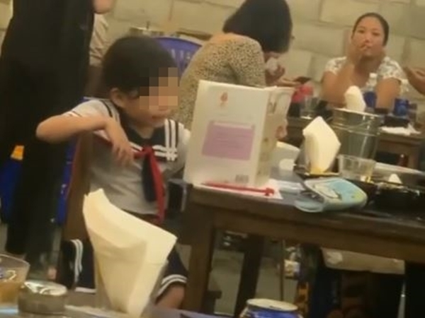Xôn xao clip bé gái học bài trong quán nhậu, biết lý do ai nấy không nhịn được cười