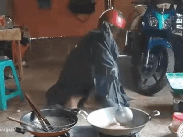 Clip chồng nguỵ trang áo giáp kín người, vào bếp nấu ăn giúp vợ vất vả như đi đánh trận khiến dân mạng cười ngất