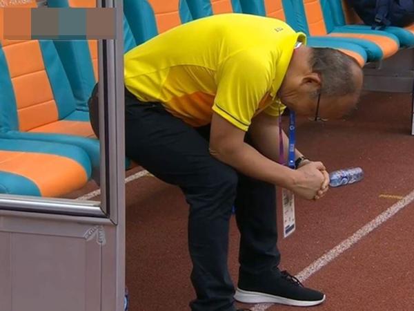 HLV Park Hang Seo liên tục cúi mặt, ôm đầu ở loạt sút penalty cân não