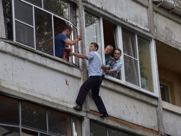 Hồi hộp xem cảnh sát cứu bé sơ sinh bị cha say rượu dọa ném khỏi cửa sổ