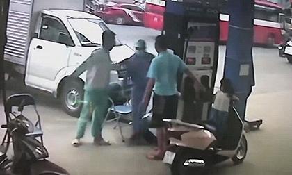 Bị nhắc tự mở nắp bình xăng, ông bố đánh nhân viên cây xăng ngay trước mặt con gái