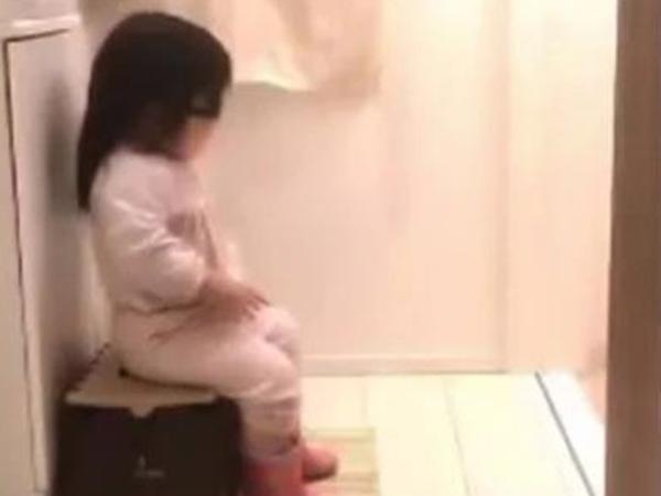 Xôn xao bức ảnh bé gái ngồi lì trước cửa nhà vệ sinh, biết lý do ai nấy vừa thương vừa buồn cười