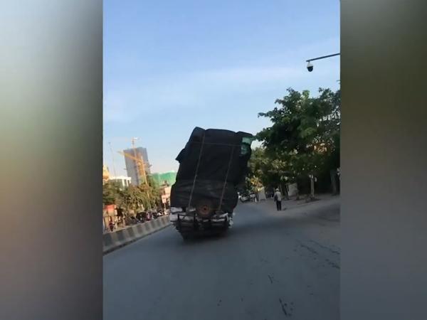 Khoảnh khắc xe tải 'Tháp nghiêng Pisa' chạy bon bon trên đường khiến người đi đường sợ hãi