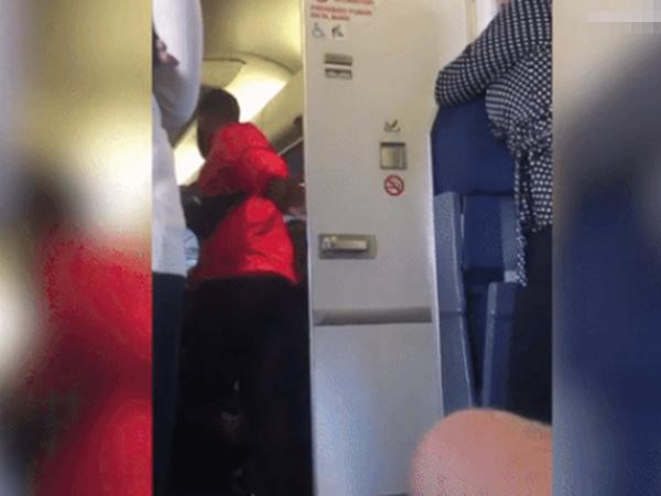 Đôi nam nữ vô tư 'mây mưa' trong WC máy bay khiến hàng chục người 'sôi máu'