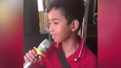 Nhiều ca sĩ hát live còn không bằng cậu bé này